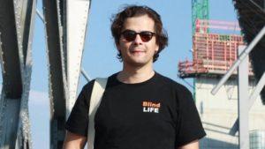 Erdin Ciplak berichtet auf verschiedenen sozialen Medien über sein Leben als Sehbehinderter