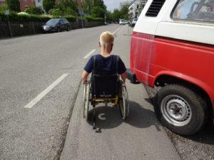 Parkendse Auto auf Gehweg